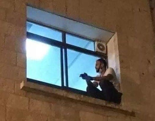 Al-Suwaiti escaló hasta la venta del la unidad de cuidados intensivos en un hospital de Cisjordania (Palestina)