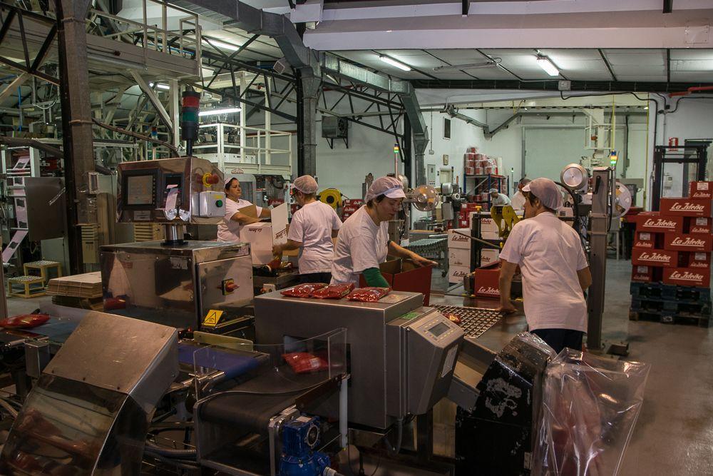 Operarios de La Isleña empaquetando los productos finalizados. / Iris Alemany.