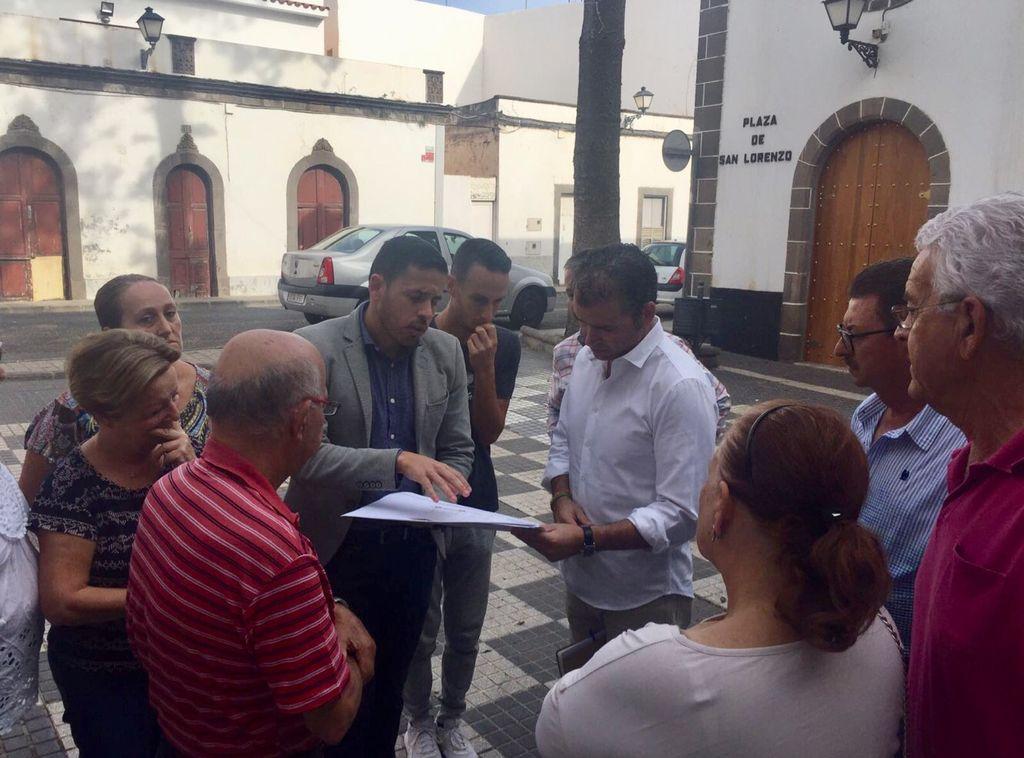 Héctor Suárez charla con algunos vecinos de San Lorenzo durante su visita.