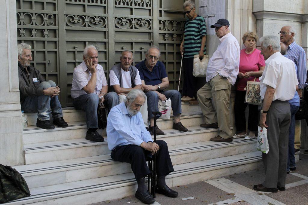 Trece ancianos abandonados en el hospital de la palma for Escaleras de piscinas para personas mayores