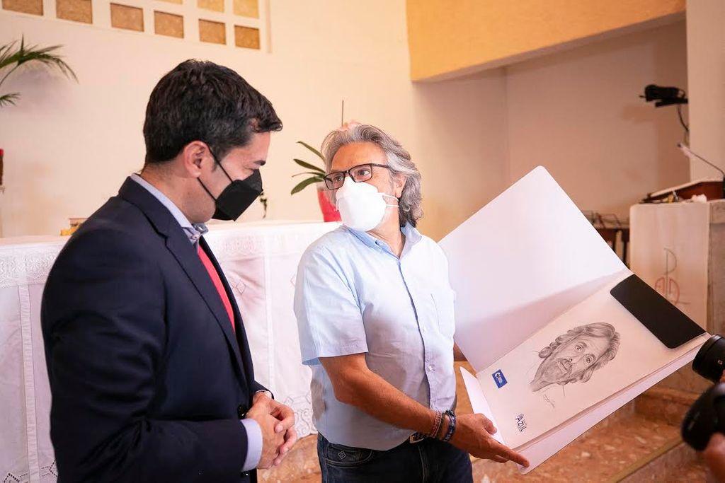 Jorge Hernández recibe el retrato realizado por la artista ;María Suárez / Carlos Díaz-Recio