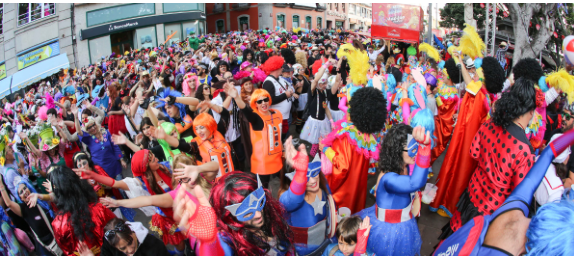 La polémica en torno al Carnaval de Día de Santa Cruz de Tenerife sigue en plena ebullición. Los últimos en estallar en contra de su celebración han sido los cómicos canarios Kike Pérez y Aarón Gómez